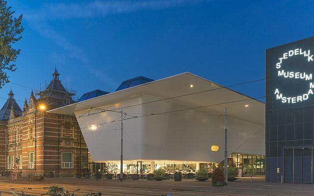 Le Stedelijk Museum Amsterdam, une fondation d'art moderne et d'art contemporain de la ville Amsterdam aux Pays-Bas. (Crédit : John Lewis Marshall/CC BY-SA 4.0)