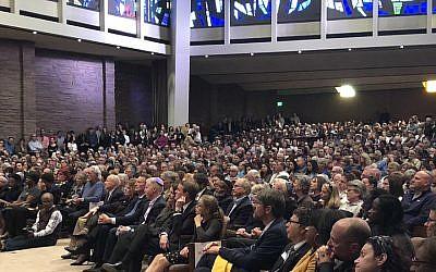Veillée pour les victimes de la fusillade de la synagogue de Pittsburgh au Temple Emanuel à Denver, États-Unis, le 28 octobre 2018. (Bureau du gouverneur John Hickenlooper via JTA)
