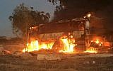 Un autobus a été incendié après avoir été touché par un missile anti-char tiré de la bande de Gaza près de la frontière entre Israël et Gaza le 12 novembre 2018. (Crédit : armée israélienne/Twitter)