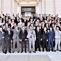 Un groupe de lycéens de Baraboo,  dans le Wisconsin, fait un salut sur une photo publiée le 11 novembre 2018.  A l'arrière, à droite, Jordan Blue, qui n'a pas salué (Capture d'écran :  Twitter)