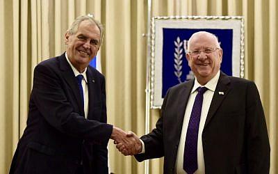 Le président israélien Reuven Rivlin (à droite) avec son homologue tchèque Milos Zeman, à Jérusalem, le 26 novembre 2018 (Crédit: présidence tchèque via Twitter)