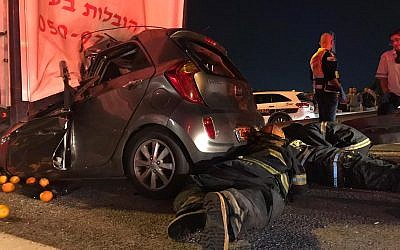 Les secouristes du Magen David Adom essaient de sauver les passagers de la voiture encastrée sous un camion lors de l'accident de voiture sur la route 6, le 20 novembre 2018. (Capture d'écran Twitter)