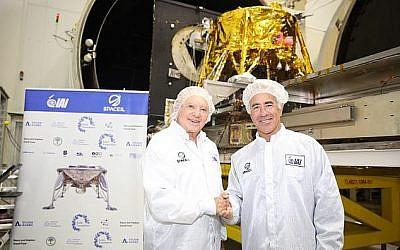 Le magnat canadien de l'immobilier Sylvan Adams, à droite, avec Morris Kahn, dans l'usine spatiale MBT des Industries aérospatiales israéliennes à Yehud où est assemblée la fusée de Space ILwhere SpaceIL' (Crédit : Eliran Avital)