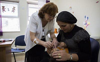 Un enfant se fait vacciner à l'hôpital  Tipat Halav de Jérusalem, le 18 août 2013 (Crédit :Yonatan Sindel/Flash90)