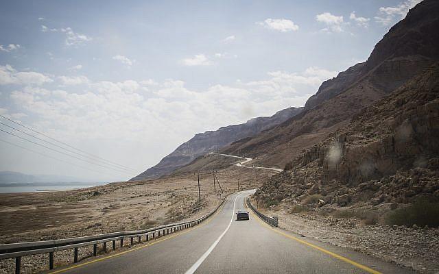 La Route 90 le long de la mer Morte, le 30 septembre 2014. (Crédit : Hadas Parush/Flash90)