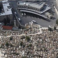 Photo d'illustration : Vue aérienne d'un cimetière musulman à Jérusalem-Est (Crédit : Nati Shohat/Flash90)