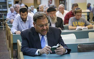 Le rabbin Shlomo Riskin, grand rabbin d'Efrat, pendant un service de prière, le 6 juillet 2015 (Crédit : Gershon Elinson/Flash90)
