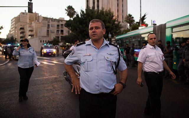 Le chef de la police de Jérusalem Moshe Edri  sur la scène de l'attaque au couteau perpétrée pendant la Gay pride de Jérusalem, le 30 juillet 2015 (Crédit : Yonatan Sindel/Flash90)