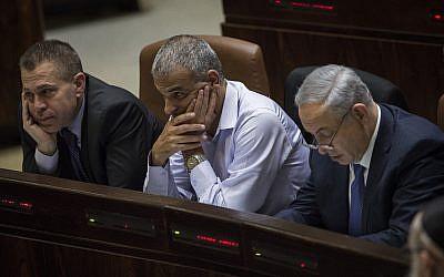 Da gauche à droite : Gilad Erdan, Moshe Kahlon et Benjamin Netanyahu à la Knesset, le 18 novembre 2015 (Crédit : Hadas Parush/Flash90)