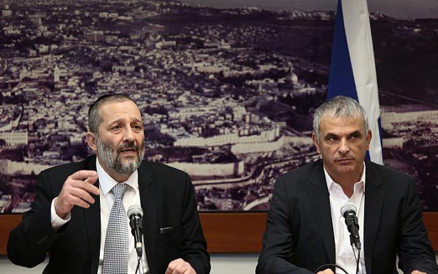 Le ministre des Finances, Moshe Kahlon, et le ministre de l'Intérieur, Aryeh Deri, à Jérusalem le 27 décembre 2015. (Crédit : Flash90)
