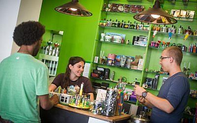 """Fournitures pour fumeurs de marijuana à usage médical dans un magasin adjacent au centre """"Tikkoun Olam"""" à Tel Aviv, le 10 avril 2016. Tikkoun Olam Ltd. est le plus grand fournisseur de cannabis médical en Israël, opérant sous licence du ministère israélien de la Santé depuis 2007. (Hadas Parush/Flash90)"""