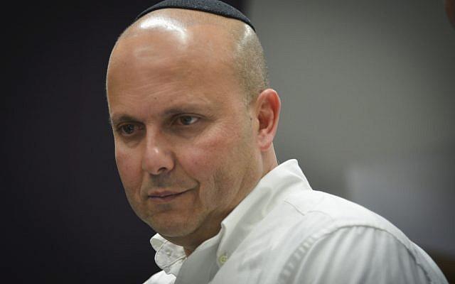Le maire d'Ashkelon, Itamar Shimoni, arrive au tribunal de district de Tel Aviv le 14 février 2017. (Flash90)