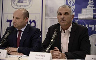 Le ministre des Finances Moshe Kahlon (à droite) et le ministre de l'Éducation Naftali Bennett lors d'une conférence de presse au ministère de l'Éducation à Tel Aviv, le 19 mars 2017. (Crédit : Tomer Neuberg/Flash90)