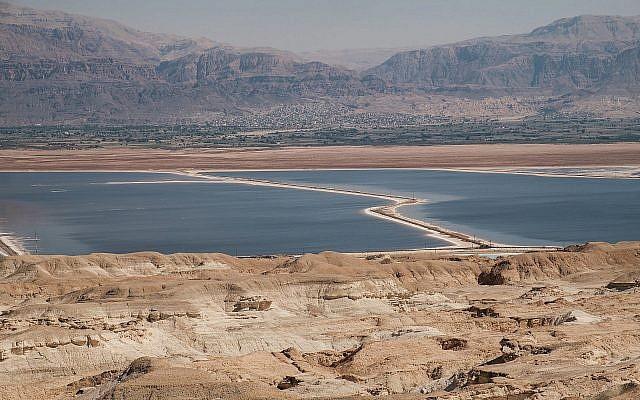 Une vue de la mer Morte dans le sud d'Israël, le 18 octobre 2017 (Crédit :  Yaniv Nadav/Flash90)