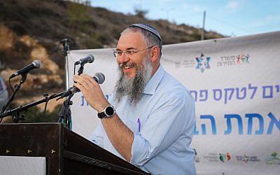 Le chef du conseil régional de Gush Eztion  Shlomo Neeman s'exprime lors d'une cérémonie d'inauguration d'une nouvelle réserve naturelle à Gush Etzion, en Cisjordanie, le 12 décembre 2017 (Crédit : Gershon Elinson/Flash90)