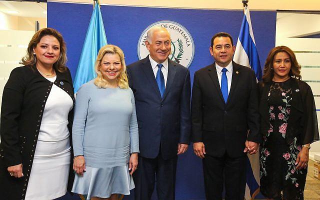Le Premier ministre Benjamin Netanyahu (au centre) et son épouse Sara, le président guatémaltèque Jimmy Morales (2D), son épouse Patricia (droite) et la ministre guatémaltèque des Affaires étrangères Sandra Jovel (gauche) posent pour une photo lors de la cérémonie d'ouverture officielle de l'ambassade du Guatemala à Jérusalem le 16 mai 2018. (Marc Israel Sellem/Pool)