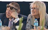 Sheldon Adelson et son épouse Miriam lors de la cérémonie d'inauguration d'une nouvelle faculté de médecine à l'université d'Ariel en Cisjordanie, le 19 août 2018. (Crédit : Ben Dori/Flash90)