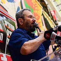 L'ancien Premier ministre Ehud Barak assiste au lancement du mouvement Mehazkim à Tel Aviv le 24 août 2018. (Crédit : Tomer Neuberg / Flash90)