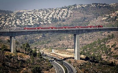 Une vue du train rapide Tel Aviv-Jérusalem dans la vallée HaArazim, aux abords de Jérusalem, le 25 septembre 2018 (Crédit :  Yossi Zamir/Flash90)