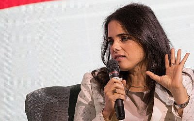 """La ministre de la Justice Ayelet Shaked prend la parole à la Conférence """"Maariv"""" à Jérusalem le 15 octobre 2018 (Yonatan Sindel/Flash90)."""