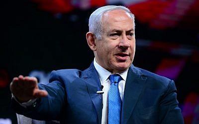 Le Premier ministre Benjamin Netanyahu lors de l'Assemblée générale des fédérations juives à Tel Aviv, le 24 octobre 2018 (Crédit : Tomer Neuberg/Flash90)
