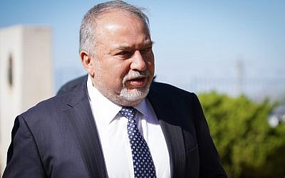 Le ministre de la Défense, Avigdor Liberman, dans l'implantation d'Ariel, au nord de la Cisjordanie, le 30 octobre 2018. (Hillel Maeir/Flash90)