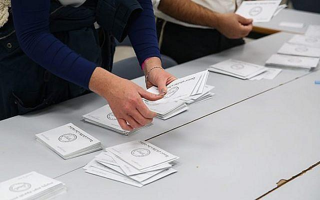 Photo d'illustration : le décompte des votes lors des élections municipales, le 30 octobre 2018 (Crédit : David Cohen/Flash90)