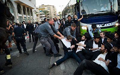 Un affrontement entre la police et des manifestants ultra-orthodoxes dans la ville de Bnei Brak, le 1er novembre 2018. (Yehuda Haim/Flash90)