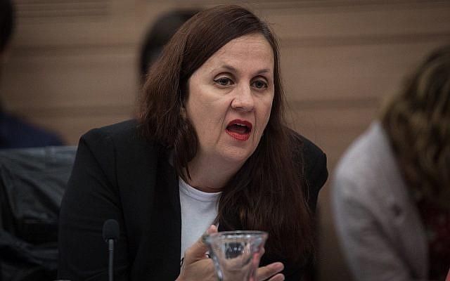 La vice-procureure générale Dina Zilber s'exprime durant une réunion de la commission de l'Education, de la Culture et des sports à la Knesset, le 6 novembre 2018  (Crédit : Hadas Parush/Flash90)