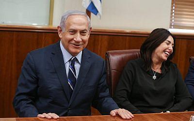 Le Premier ministre Benjamin Netanyahu, à gauche, et la ministre de la Culture   Miri Regev rencontrent les médaillés israéliens d'un tournoi de judo disputé à Abou Dhabi au bureau du Premier ministre de Jérusalem, le 8 novembre 2018 (Crédit : Alex Kolomoisky/Yedioth Ahronoth/Pool)/Flash90)