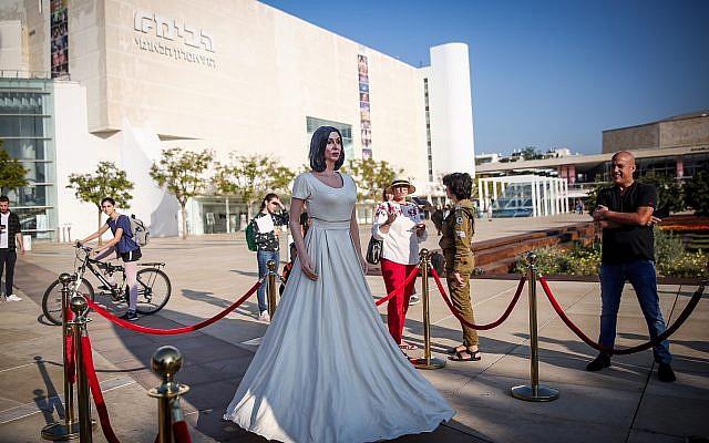 Une statue grandeur nature à l'effigie de la ministre de la Culture et des Sports Miri Regev sur la place HaBima, à Tel Aviv, le 8 novembre 2018. (Crédit : Miriam Alster/Flash90)