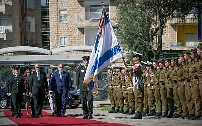 Ghassan Majali, nouvel ambassadeur de Jordanie en Israël, inspecte une garde d'honneur lors d'une cérémonie pour les nouveaux ambassadeurs à la résidence du président à Jérusalem, le 8 novembre 2018. (Yonatan Sindel/Flash90)