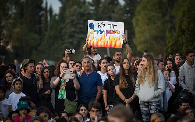 De jeunes Israéliens manifestent devant la Knesset pour réclamer une solution aux tirs de cerfs-volants et de roquettes qui se poursuivent depuis la bande de Gaza vers les villes et villages israéliens, après avoir marché du sud vers Jérusalem, le 8 novembre 2018. (Crédit : Yonatan Sindel/Flash90)
