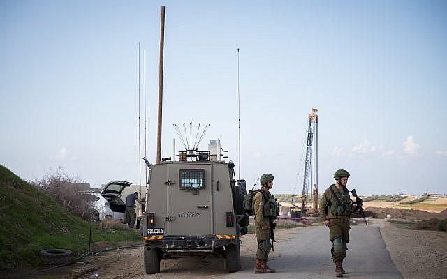Des soldats israéliens montent la garde à Nahal Oz, dans le sud d'Israël, près de la frontière avec Gaza, le 12 novembre 2018 (Crédit : Hadas Parush/FLASH90)