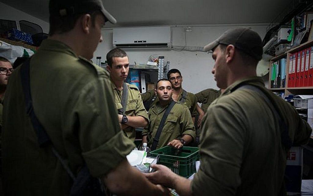 Des soldats israéliens se tiennent dans un abri anti-bombes pendant que la sirène avertit que des roquettes auraient été tirées de Gaza sur Israël à Kfar Aza le 12 novembre 2018. (Hadas Parush / Flash90)