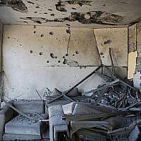 Une maison frappée par une roquette tirée depuis la bande de Gaza dans la ville d'Ashkelon, au sud d'Israël, le 13 novembre 2018 (Hadas Parush/Flash90)