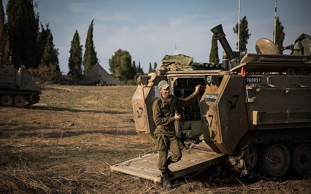 Des soldats de l'armée israélienne près de la frontière avec Gaza dans le sud d'Israël, le 13 novembre 2018 (Crédit : Hadas Parush/Flash90)