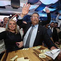 Les partisans du candidat à la mairie de Jérusalem Moshe Lion réagissent aux résultats préliminaires de la course à la mairie, le 13 novembre 2018 (Crédit :  Yonatan Sindel/FLASH90)