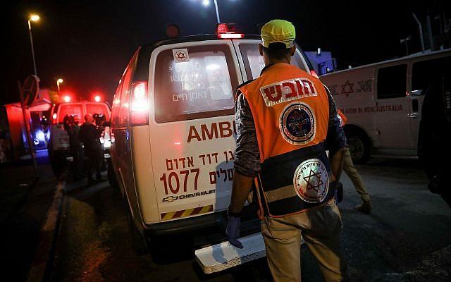 Des membres du personnel de sécurité et de secours israéliens sur les lieux d'une attaque au couteau menée dans un commissariat du quartier Armon Hanatziv à Jérusalem le 14 novembre 2018. (Crédit : Hadas Parush / Flash90)