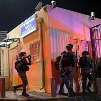 Des agents de la police des frontières sur les lieux d'une attaque au couteau dans un poste de police dans le quartier d'Armon Hanatziv, à Jérusalem, le 14 novembre 2018. (Crédit : Hadas Parush/Flash90)