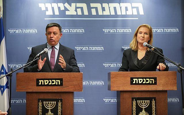 La cheffe de l'opposition Tzipi Livni, à droite, et le président de l'Union sioniste Avi Gabbay, durant une conférence de presse conjointe à la Knesset, après la démission du ministre de la Défense Avigdor Liberman, le 14 novembre 2018. (Crédit : Noam Rivkin Fenton/Flash90)
