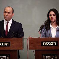 Le ministre de l'Education Naftali Bennett (à gauche) et la ministre de la Justice Ayelet Shaked pendant une conférence de presse le 19 novembre 2018 (Crédit : Miriam Alster/Flash90)