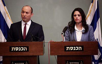 Le ministre de l'Education Naftali Bennett et la ministre de la Justice Ayelet Shaked pendant une conférence de presse le 19 novembre 2018 (Crédit : Miriam Alster/Flash90)