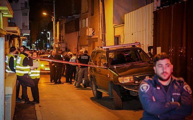 Police et personnel médical sur les lieux où une fillette de 12 ans a été retrouvée morte dans le sud de Tel Aviv, le 26 novembre 2018. (Flash90)