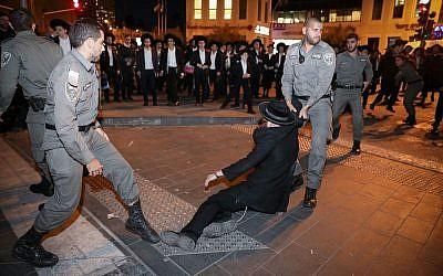 Affrontements entre Juifs ultra-orthodoxes et policiers lors d'une manifestation contre le projet de conscription de l'armée à Jérusalem, le 28 novembre 2018. (Noam Revkin Fenton/Flash90)
