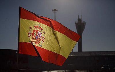 Un drapeau espagnol près d'Estrema, dans la province de Madrid, le 19 décembre 2018. (Crédit : Pablo Blazquez Dominguez/Getty Images/via JTA)