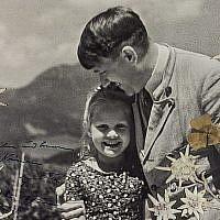 Une photo d'Adolf Hitler avec Rosa Bernile Nienau une fillette juive,au Berghof, dans les alpes bavaroises, le 20 avril 1932. (Crédit : Alexander Historical Auctions)