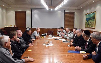 Les leaders communautaires du sud du pays lors d'une réunion avec le Premier ministre Benjamin Netanyahu, des ministres du cabinet et le chef d'Etat-major israélien au bureau du Premier ministre, le 16 novembre 2018 (Crédit : Cabinet du Premier ministre)