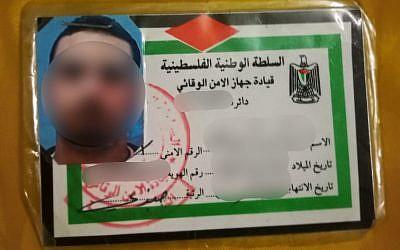 La carte d'identité palestinienne d'un habitant de Jérusalem-Est qui, selon la police, travaillait illégalement pour les forces de sécurité de l'AP, le 26 novembre 2018 (Crédit : Police israélienne)