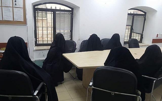 Deux femmes et quatre mineures au poste de police après une opération de police lors d'un mariage de mineurs, dans le quartier ultra-orthodoxe de Mea Shearim, le 29 novembre 2018. (Crédit : police israélienne)